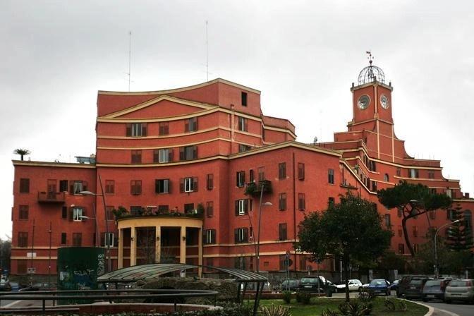 Innocenzo Sabbatini, Albergo Rosso (1928-1929). Nel dotarlo di facciate concave, Sabbatini si ispirò alle architetture di Borromini, anche per la bella torre con l'orologio, a lungo fermo sulle 11:25, l'ora in cui cominciarono i bombardamenti su Roma nel 1944 (photo credits: EIDON)