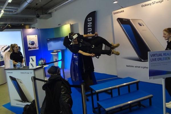 Thanks to Virtual Reality in a UPC pop-up store customers could ride the dragon in Zurich