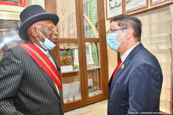 L'ambassadeur de France près le Bénin avec le patriarche Karim Urbain da Silva