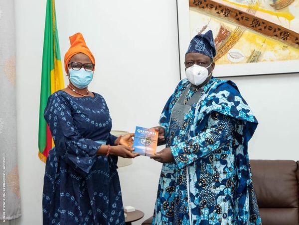 Cabinet du Président de l'Assemblée nationale : Micheline Adjovi présente ses trois ouvrages sur Ouidah au Président Vlavonou