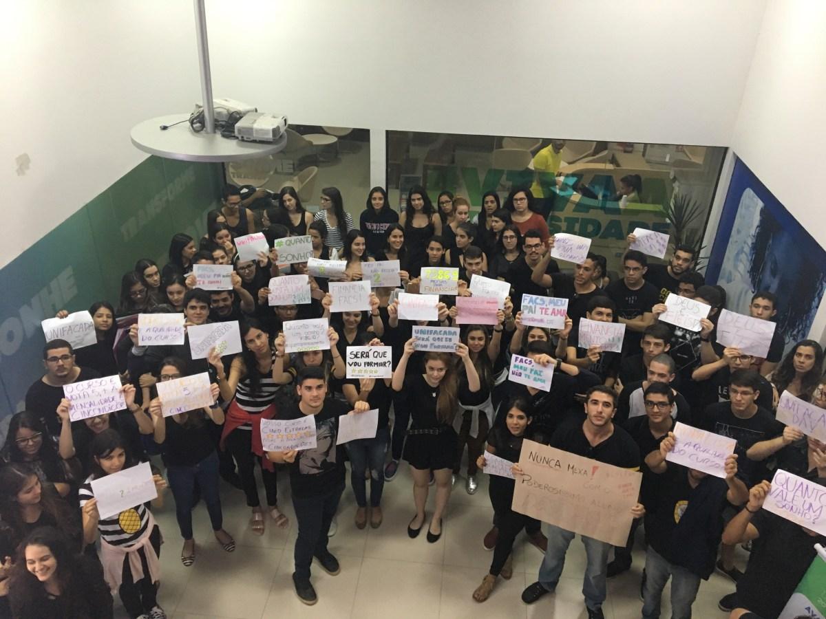 UNIFACS:  Alunos de medicina fazem protesto