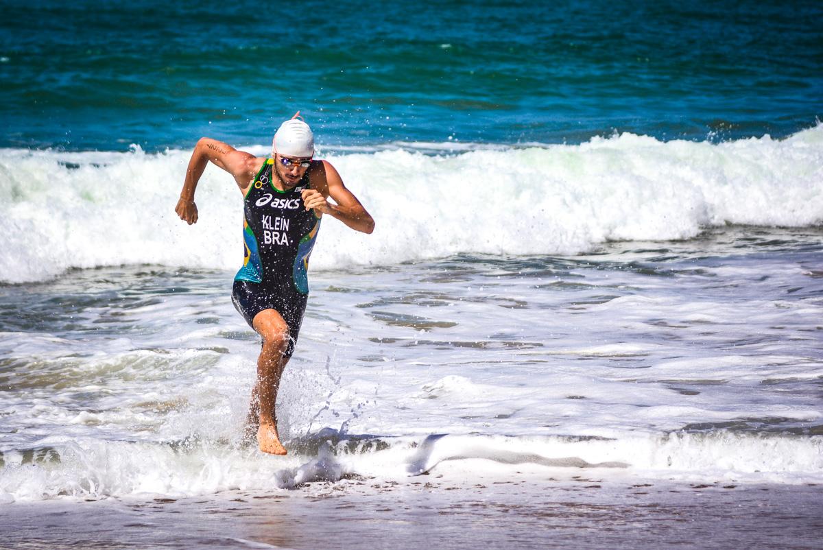 Competição de triatlo reúne 500 atletas na orla de Salvador