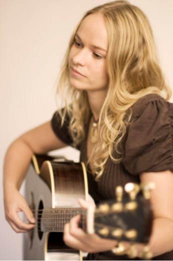 Pernille Lund Hoel med gitar