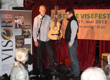 Turistforeningen overrekkes gitar av Kjell Hovde fra Norsk Viseforum
