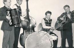 KnivstaSune i sitt band som ung