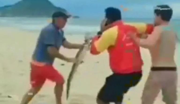Homem ameaça banhista com um jacaré em praia no Rio; veja vídeo – 23/10/2021 – Ambiente