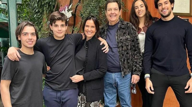 Faustão usa sapato que custa mais de R$ 8.000 em foto rara com família – 25/10/2021 – Celebridades