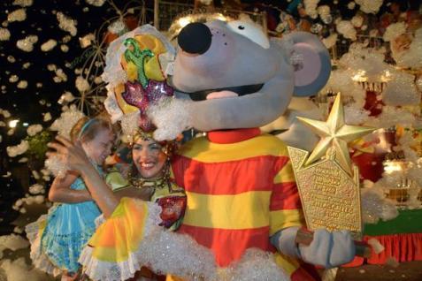 La carroza de los Ministerios de Cultura y Transporte obtuvo el Gran Premio del Carnaval Holguín 2016, durante la clausura del evento, en la ciudad cubana de los parques, el 21 de agosto de 2016. ACN FOTO/Juan Pablo CARRERAS/sdl