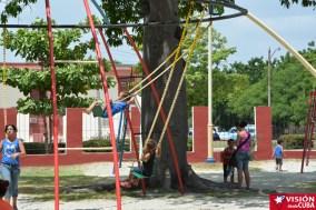 Algunos exageran un poco al montarse en los columpios del Parque Infantil Rubén Bravo de la ciudad de Holguín. VDC FOTO/Luis Ernesto Ruiz Martínez.