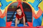 Los pequeños disfrutan de cada visita al Parque Infantil Rubén Bravo de la ciudad de Holguín. Un pequeño se divierte con los servicios que ofrecen trabajadores por cuenta propia en las afueras de la instalación. VDC FOTO/Luis Ernesto Ruiz Martínez.