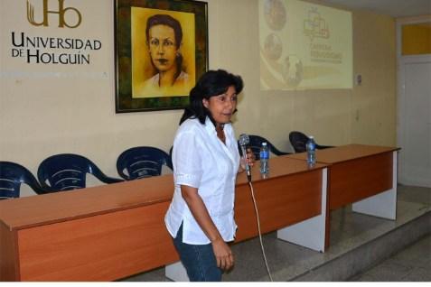 Beatriz Rodríguez, profesora de periodismo, realiza la presentación de los invitados y los presentes en el encuentro con Antonio Moltó y Luis Sexto. UHO-FOTO/Luis Ernesto Ruiz Martínez-Dircom