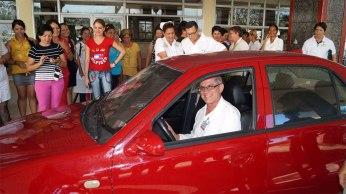 El Dr. Rosell recibe el auto gratuito como reconocimiento a su trabajo. Foto: Carlos Alberto Cobas Sánchez y Alexis Parra González.