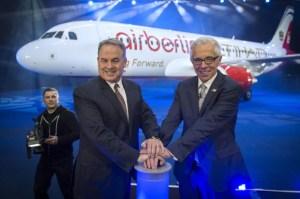Per Knopfdruck enthüllten Air-Berlin-Chef Wolfgang Prock-Schauer (rechts) und Hogan im neuen Flughafen in Berlin einen Airbus A320. Die Maschine vereint die Schriftzüge der beiden Airlines in einem gemeinsamen Design.