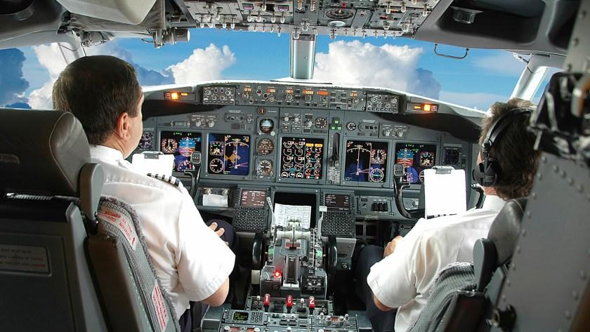 zwei-piloten-im-cockpit