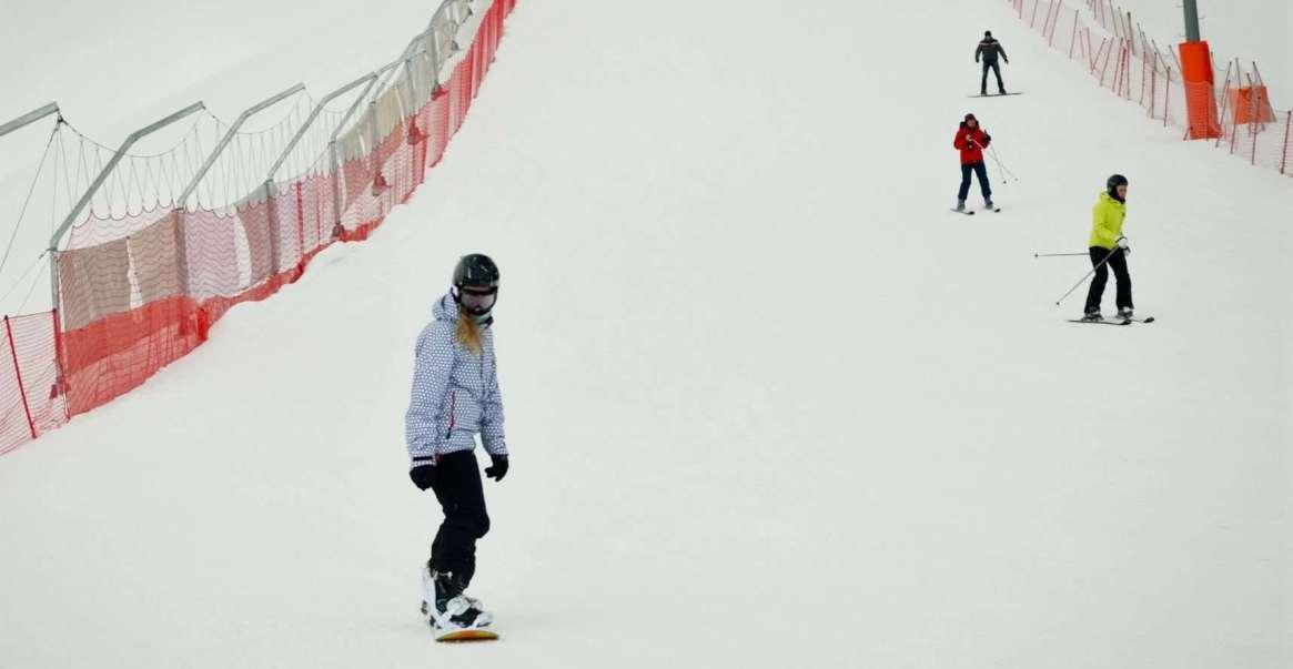 Сноубордистка на горнолыжном курорте в Силичах