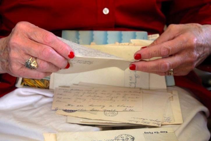 пожилая женщина читает письмо