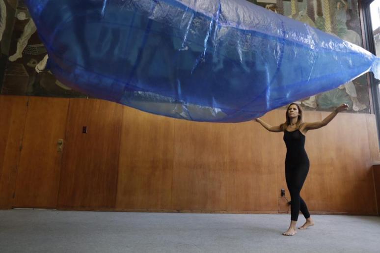 Performance Abrigo Mar, do artista Franklin Cassaro Foto: Lia de Paula
