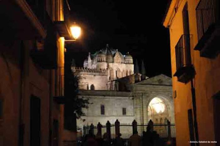 Vista de la catedral de Zamora por la noche