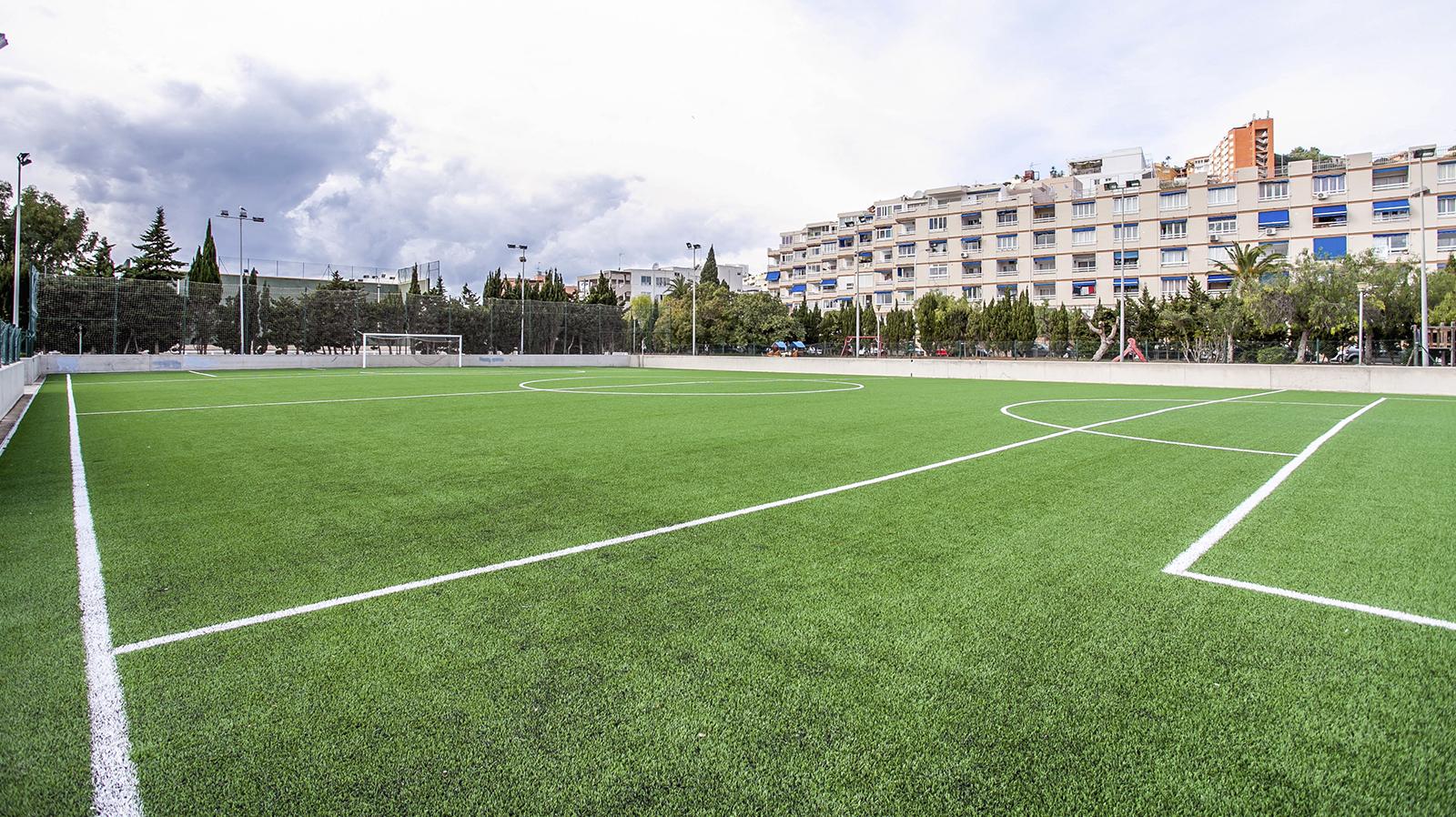 Campo de fútbol de Santa Ponsa . Entrenar futbol en Mallorca. Mallorca football tournament