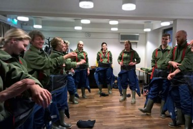 Pelastuspukujen pukemista. Kuva: Visit Espoo