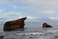 L'épave du MV Kimbe que l'on peut voir de la plage du Tahi.