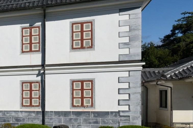 西欧では建物の角を硬い石で補強します(コーナーストーン)ところが機能とは無関係に漆喰塗で仕上られています。