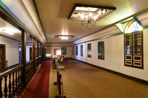 2階講堂 床の敷物は一枚仕立のスズ竹細工(昭和 38 年~39 年の移築工事に造られた)