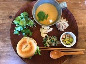 松本の湧水と自家製酵母を使ったもっちりベーグルと、春を待つランチプレート