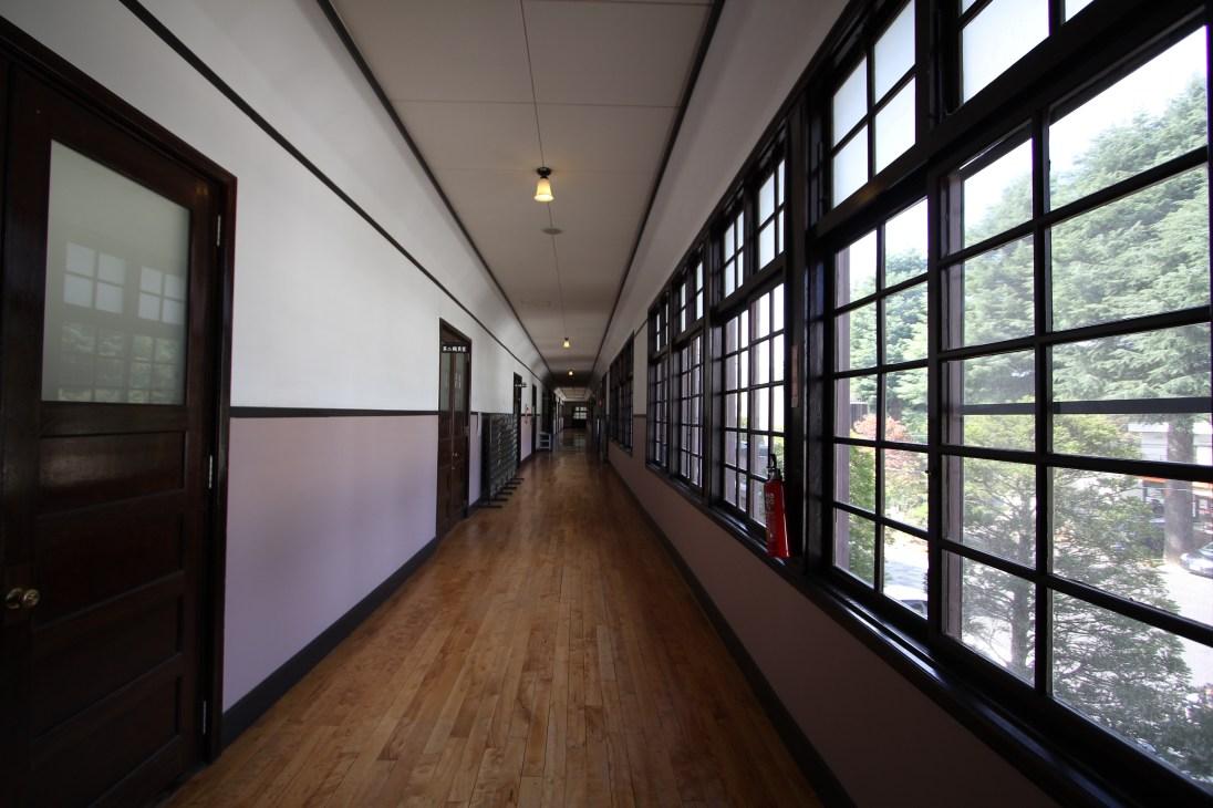 レトロな雰囲気を醸し出す廊下。木製のガラス格子窓と入口のドア。ドラマの撮影などにも良く使用されるそうです。