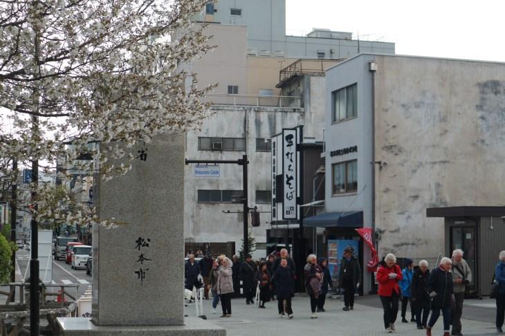 2018-4-9国宝松本城へ向かう観光客