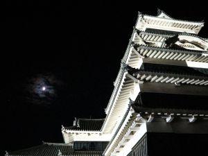 半分の月が輝く国宝松本城「月見の宴」初日