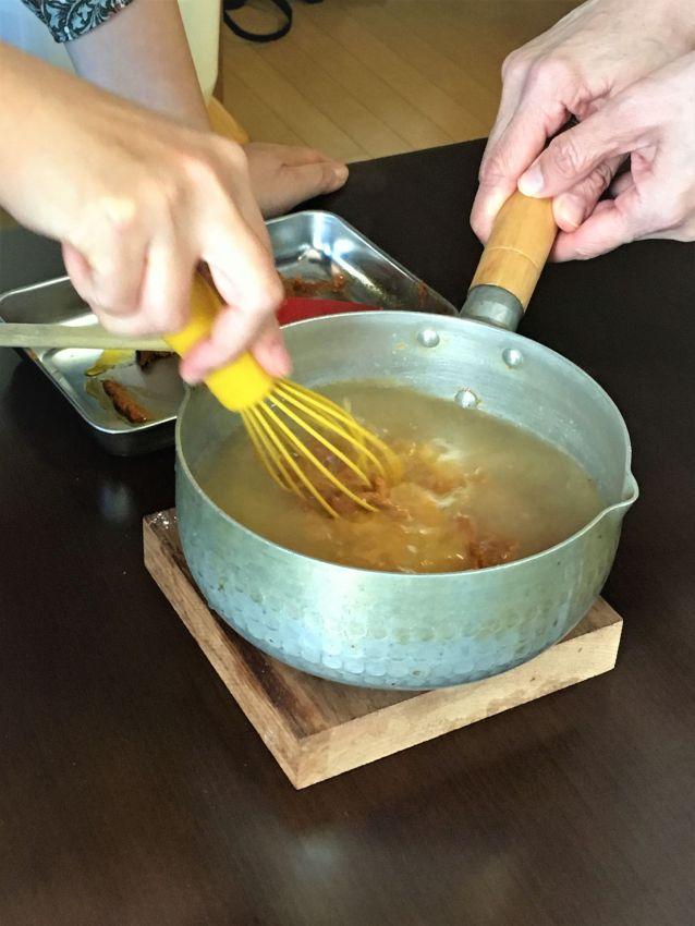 Currypaste mit Brühe aus dem Gemüsetopf anrühren