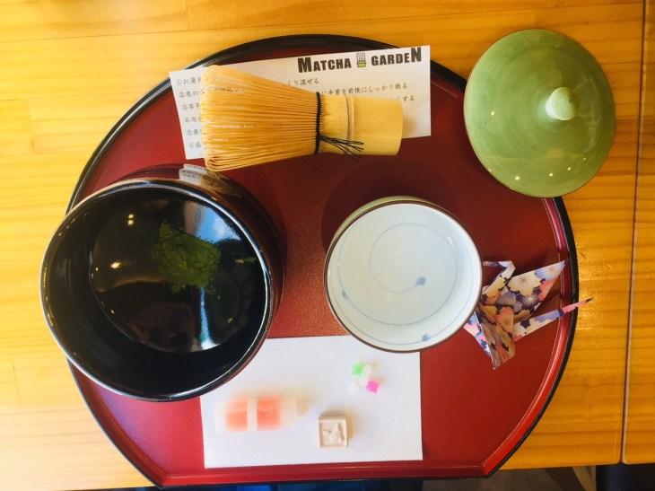 ผงชา น้ำร้อนและขนมสำหรับทานคู่กับชา