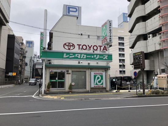 ทางเข้าร้านจะมีร้านเช่ารถโตโยต้ารีส