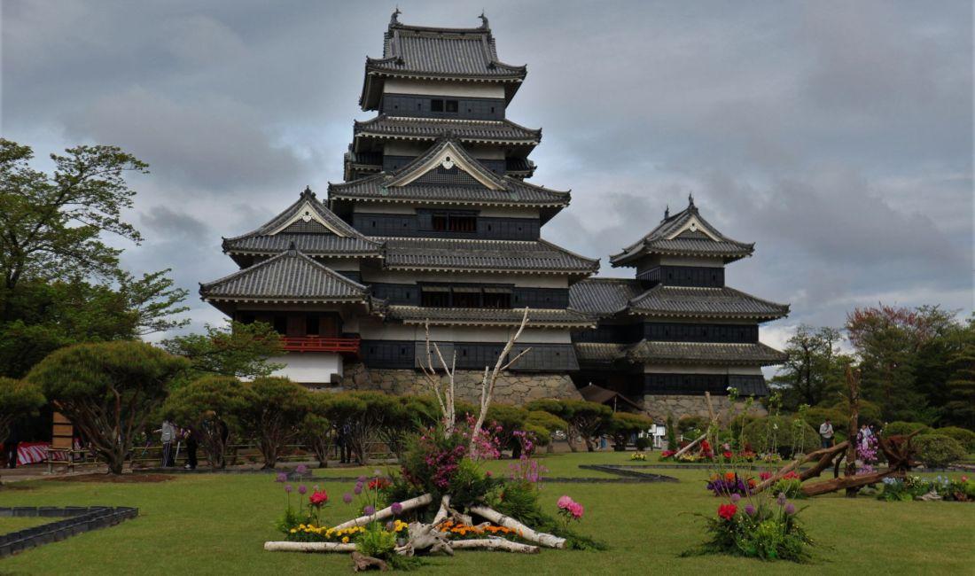 GWの国宝松本城 令和元年五月一日松本市制施行112周年教育文化施設を無料開放&真派青山流野外いけばな展