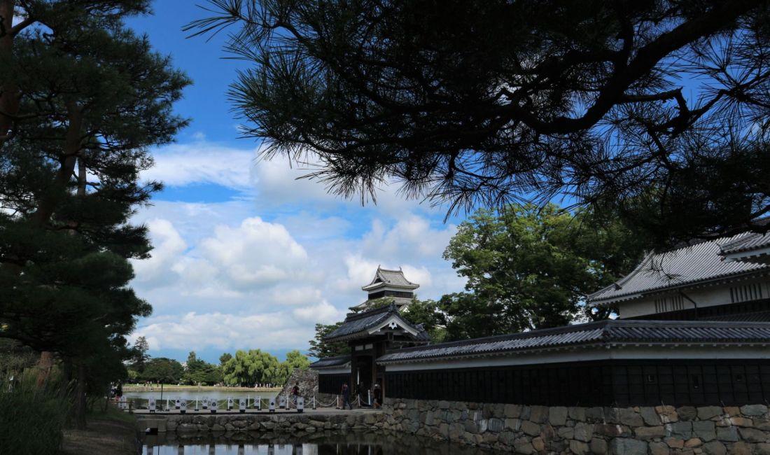 お盆休み開城時間延長「国宝松本城」夜は盆踊りもあります!