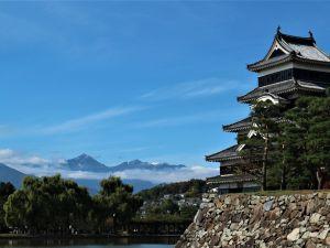 国宝松本城から望む 北アルプス令和 初冠雪❄
