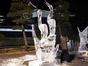 漆黒の闇に輝くできたばかりの氷彫作品