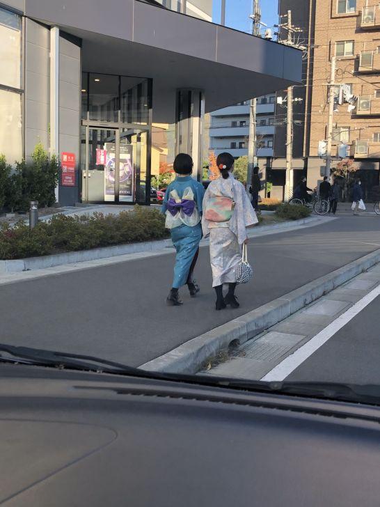 街边穿着和服的姑娘