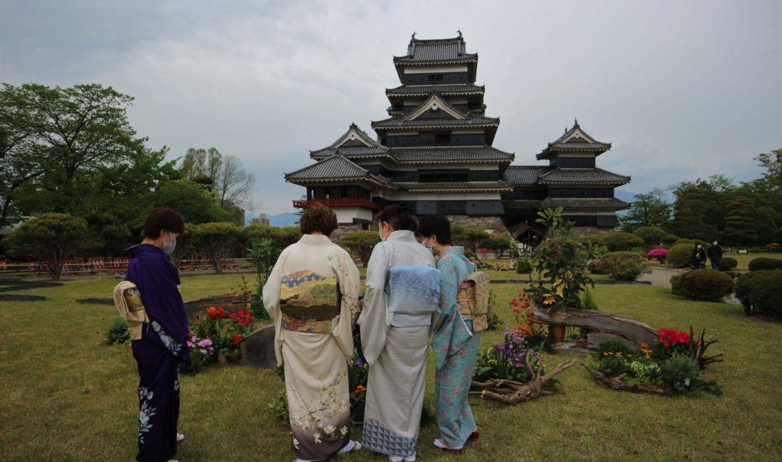 5月1日は松本市市制記念日教育文化施設を無料開放 松本城のツツジが見頃です。