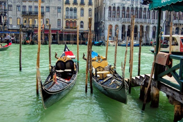 Where to stay in Venice gondolas Grand Canal