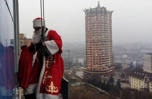 Поздравление деда мороза альпиниста в Донецке