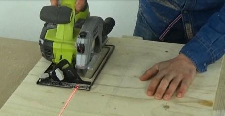 Couper les planches de coffrage