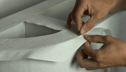 Pose du papier sur le meuble en carton