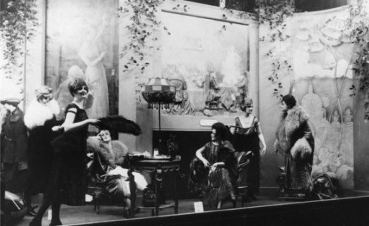 1920′s window at Selfridges with live models