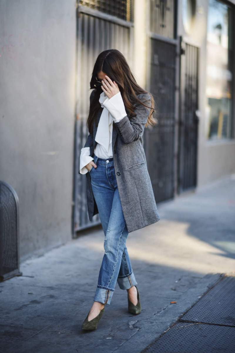 Street style blogger wearing denim trend with white shirt and blazer