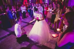 Hochzeitsbrauch Bräutigam kniet vor Braut