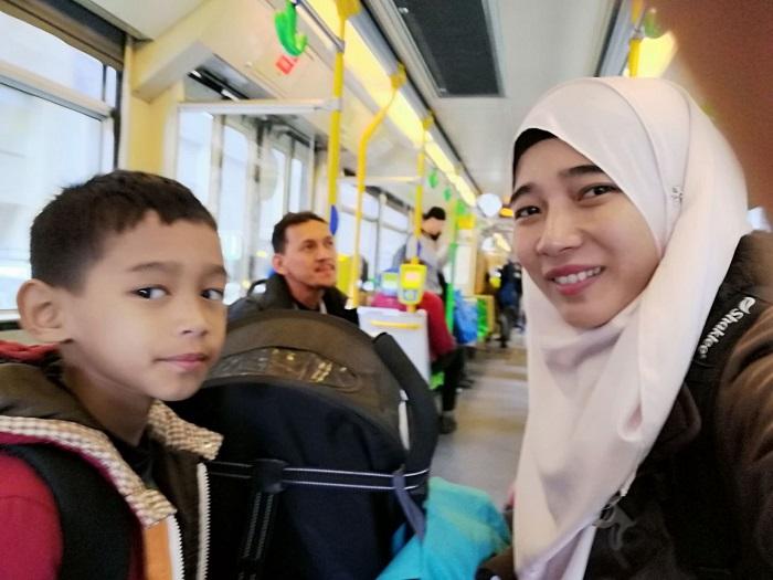 dalam-tram-di-melbourne