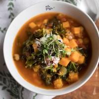 Zupa ze słodkich ziemniaków i jarmużu