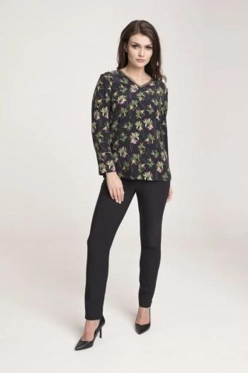 Modelka z bluzce w kwiaty z długim rękawem. Bluzka z cupro wiskoza Vito Vergelis